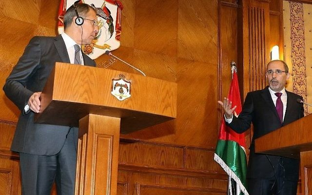 Sergueï Lavrov, à gauche, ministre russe des Affaires étrangères, avec son homologue jordanien Ayman al-Safadi, à Amman, le 11 septembre 2017. (Crédit : Khalil Mazraawi/AFP)