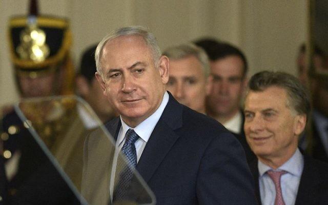 Le Premier ministre Benjamin Netanyahu, au centre, aux côtés du président argentin Mauricio Macri à la résidence présidentielle Casa Rosada de  Buenos Aires, le 12 septembre 2017. (Crédit : Juan Mabromata/AFP)