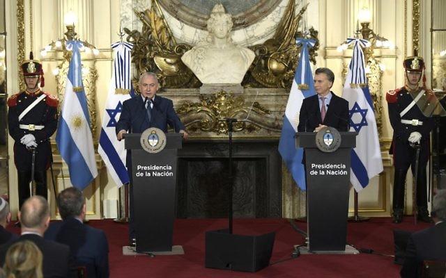 Le Premier ministre Benjamin Netanyahu, à gauche, aux côtés du président argentin Mauricio Macri à la résidence présidentielle Casa Rosada de  Buenos Aires, le 12 septembre 2017. (Crédit : Juan Mabromata/AFP)