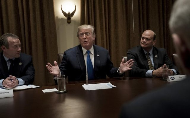 Le représentant Josh Gottheimer (démocrate de New Jersey -L), le représentant Tom Reed (républicain de New York-2ème R) et le chef d'état-major de la Maison Blanche John Kelly (à droite) avec le président américain Donald Trump au Cabinet de la Maison Blanche le 13 septembre 2017 à Washington, Etats-unis (Crédit : AFP PHOTO / Brendan Smialowski)