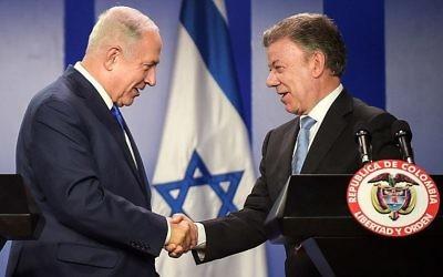 Le Premier ministre Benjamin Netanyahu, à gauche, avec le président colombien Juan Manuel Santos au palais présidentiel de Bogota, le 13 septembre 2017. (Crédit : Raul Arboleda/AFP)