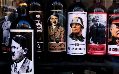 Des bouteilles de vin avec des étiquettes à l'effigie de  Mussolini, de Hitler, de Lénine et de Staline dans un magasin du centre de Rome, le 14 septembre 2017. (Crédit : Alberto Pizzoli/AFP)