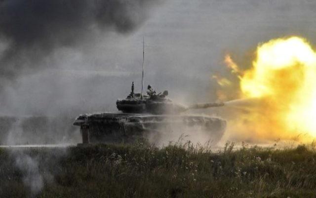 Un tank russe T-90 dans le parc de Kubinka à l'extérieur de Moscou lors du premier jour du « Forum militaire et technique international de l'armée 2017 », le 22 août 2017 (Crédit : Alexander Nemenov / AFP)
