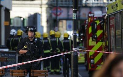 Des policiers britanniques armés déployés devant la station de métro de Parsons Green, dans l'ouest de Londres, le 15 septembre 2017. (Crédit : Daniel Leal-Olivas/AFP)