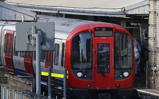 Un technicien médico-légal travaille à côté du métro arrêté à la station Parsons Green située à l'ouest de Londres, le 15 septembre 2017, suite à l'explosion d'un engin artisanal (Crédit : (AFP/Daniel Leal-Olivas)