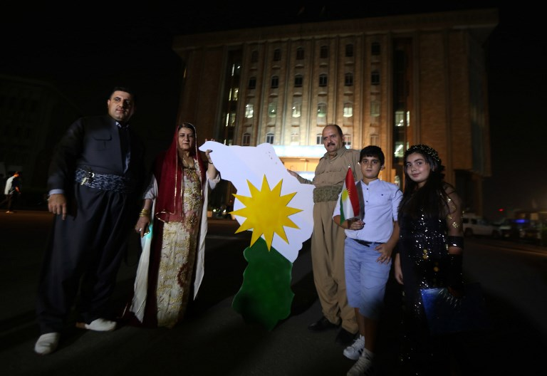 Kurdes irakiens devant le parlement de la région autonome du Kurdistan, à Erbil, le 15 septembre 2017. (Crédit : Safin Hamed/AFP)