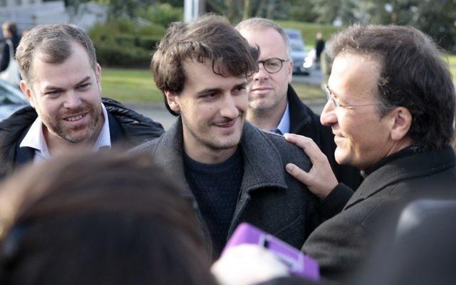 Le journaliste français Loup Bureau, au centre, avec son père Loïc Bureau, à gauche, à son arrivée à Roissy-Charles de Gaulle, le 17 septembre 2017. (Crédit : Geoffroy van der Hasselt/AFP)