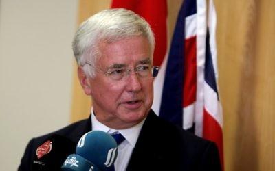 Michael Fallon, ministre britannique de la Défense, en conférence de presse à Bagdad, en Irak, le 18 septembre 2017. (Crédit : Sabah Arar/AFP)