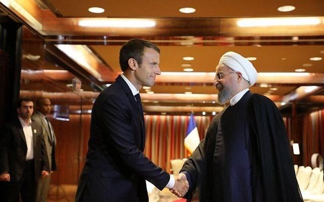 Le président français Emmanuel Macron, à gauche, avec le président iranien Hassan Rouhani, au Millennium Hotel de New York, le 18 septembre 2017. (Crédit : Ludovic Marin/AFP)