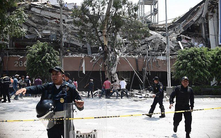 Bouclage d'une rue par la police après l'effondrement d'un immeuble pendant le séisme qui a frappé la ville de Mexico, le 19 septembre 2017. (Crédit : Ronaldo Schemidt/AFP)
