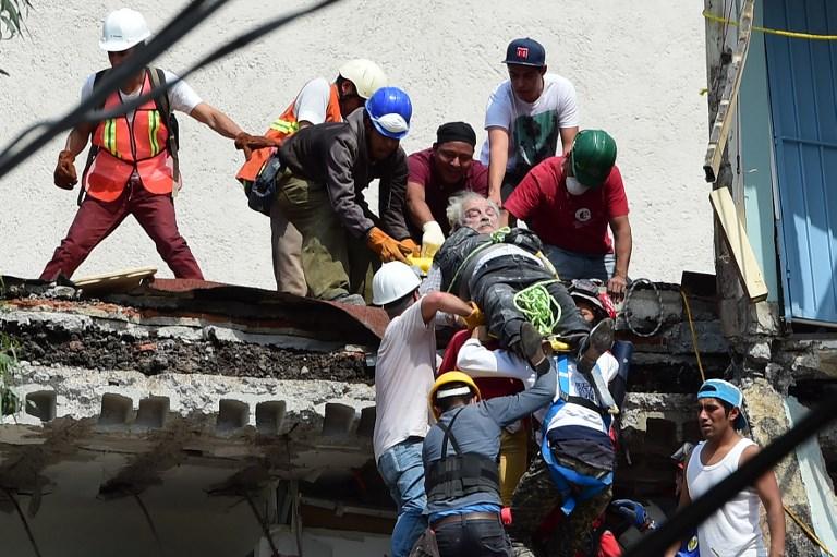 Un homme sorti des décombres après un séisme qui a fait au moins 248 morts dans le centre du Mexique, le 19 septembre 2017. (Crédit : Ronaldo Schemidt/AFP)