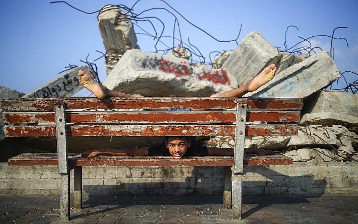 Yousef al-Bahtini, Gazaoui de 12 ans, pourrait battre un record du monde de contorsion, le 20 septembre 2017. (Crédit : Mohammed Abed/AFP)