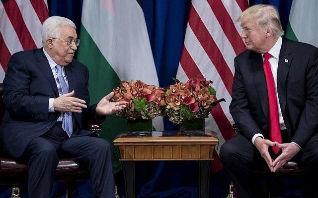 Le président de l'Autorité palestinienne Mahmoud Abbas (à gauche) parle pendant que le président des États-Unis Donald Trump écoute avant une réunion au Palace Hotel lors de la 72e Assemblée générale des Nations unies, le 20 septembre 2017 à New York. (AFP Photo/Brendan Smialowski)