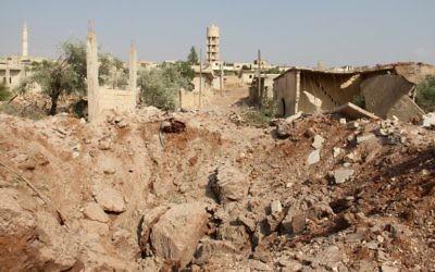 Conséquences d'une frappe aérienne attribuée à la Russie sur le village d'al-Habit, dans le sud de la province d'Idleb, en Syrie, le 21 septembre 2017. (Crédit : Omar Haj Kadour/AFP)