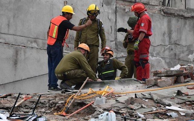 Sauveteurs mexicains et israéliens (en vert olive) à Mexico, le 21 septembre 2017. (Crédit : Ronaldo Schemidt/AFP)