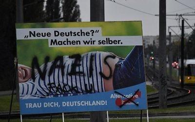Le mot 'nazis' tagué sur un panneau de campagne de l'AfD (Crédit : AFP)