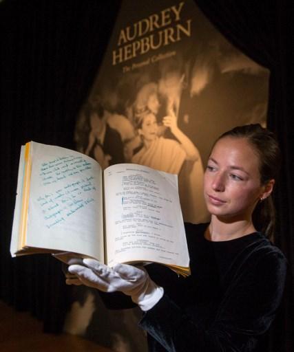 """Le script du film de 1961 """"Breakfast at Tiffany's'"""", exposé chez Christie's avant sa vente aux enchères, à Londres, le 22 septembre 2017. (Crédit : Daniel Leal-Olivas/AFP)"""