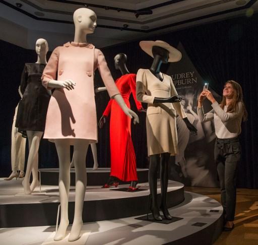 Exposition de la garde-robe d'Audrey Hepburn, vendue aux enchères chez Christie's, à Londres, le 22 septembre 2017. (Crédit : Daniel Leal-Olivas/AFP)