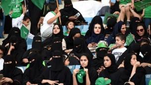 Des Saoudiennes dans un stade de Riyad pendant un évènement de commémoration de l'anniversaire du fondateur du royaume, le 23 septembre 2017. (Crédit : Fayez Nureldine/AFP)