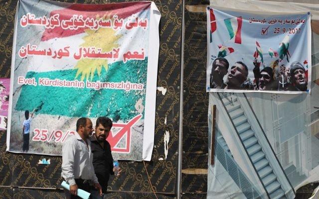 Affiche encourageant les citoyens à voter lors du référendum sur l'indépendance du Kurdistan irakien à Kirkouk, le 24 septembre 2017. (Crédit : Ahmad al-Rubaye/AFP)