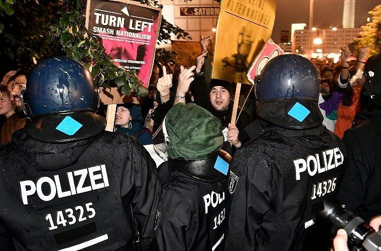 Manifestation contre le parti d'extrême-droite allemand AfD à Berlin, après les élections du 24 septembre 2017. (Crédit : John MacDougall/AFP)