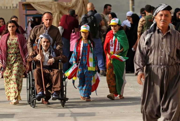 Des Kurdes irakiens vont voter pour le référendum d'indépendance du Kurdistan, à Erbil, la capitale de la région autonome, le 25 septembre 2017. (Crédit : Safin Hamed/AFP)