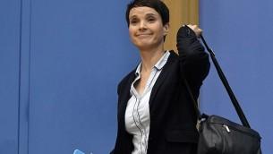 Frauke Petry, coprésidente du parti Alternative pour l'Allemagne (AfD), quitte une conférence de presse où elle a annoncé qu'elle refusait de rejoindre le groupe parlementaire du parti nationaliste, à Berlin, le 25 septembre 2017. (Crédit : John Macdougall/AFP)