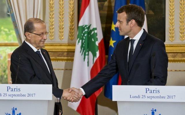 Le président libanais Michel Aoun, à gauche, reçu par son homologue français Emmanuel Macron à l'Elysée, à Paris, le 25 septembre 2017. (Crédit : Michel Euler/Pool/AFP)