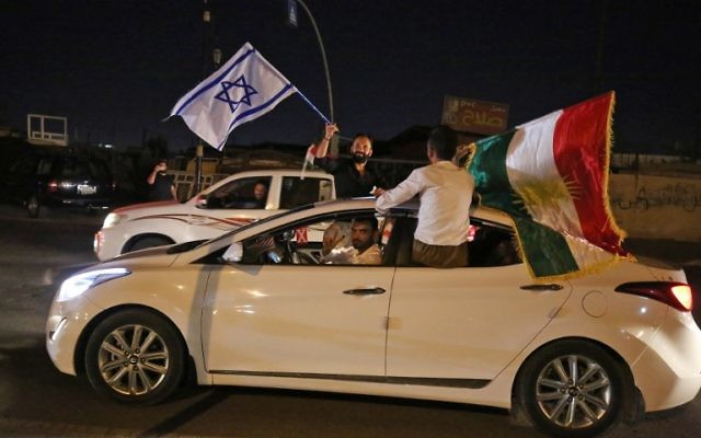 Des Kurdes irakiens avec les drapeaux kurde et israélien à Kirkouk, en Irak, au soir du référendum sur l'indépendance du Kurdistan autonome, le 25 septembre 2017. (Crédit : Ahmad al-Rubaye/AFP)