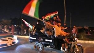Des Kurdes irakiens célèbrent le résultat du référendum sur l'indépendance de la région autonome du Kurdistan, à Kirkouk, le 25 septembre 2017. (Crédit : Ahmad al-Rubaye/AFP)