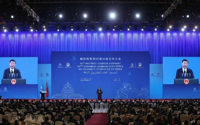 Le président chinois  Xi Jinping devant la 86e Assemblée générale d'Interpol à Pékin, le 26 septembre 2017. (Crédit :  Lintao Zhang/Pool/AFP)