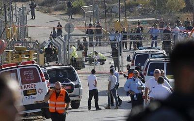 Les secouristes et les forces de sécurité sur la scène d'un attentat terroriste perpétré à l'entrée de l'implantation de Har Adar le 26 septembre 2017 (Crédit : AFP Photo/ Menahem Kahana)