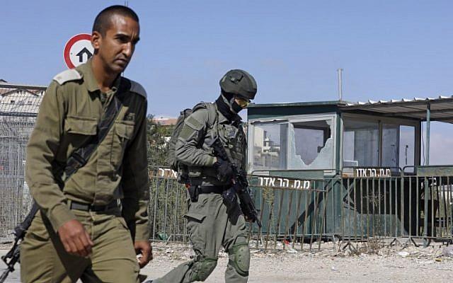 Forces de sécurité déployées sur les lieux d'un attentat devant l'implantation de Har Adar, le 26 septembre 2017. (Crédit : Menahem Kahana/AFP)