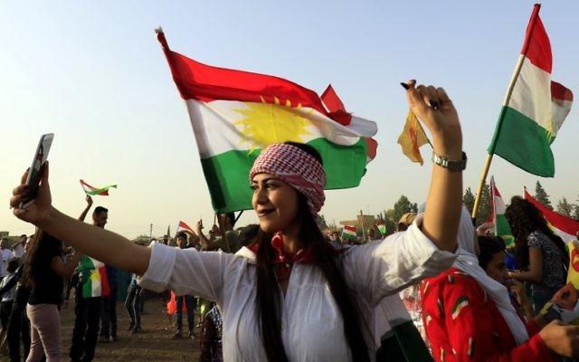 Un Kurde syrien prend un selfie, dans la ville syrienne de Qamishli le 26 septembre 2017, lors d'un rassemblement pour soutenir le référendum sur l'indépendance dans la région autonome kurde du nord de l'Irak (Crédit : AFP / Delil souleiman)