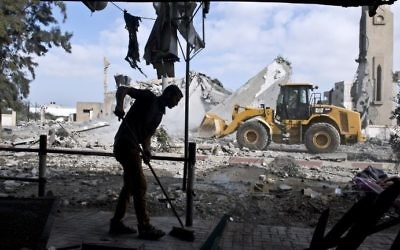 Un Palestinien balaie le sol de sa maison à Beit Lahia, dans le nord de la bande de Gaza, en août 2014. Illustration. (Crédit : Roberto Schmidt/AFP)