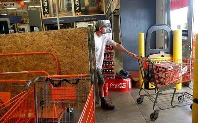 Des Américains se préparent au passage de l'ouragan Irma, à Tampa, en Floride, le 5 septembre 2017. (Crédit : Brian Blanco/Getty Images/AFP)