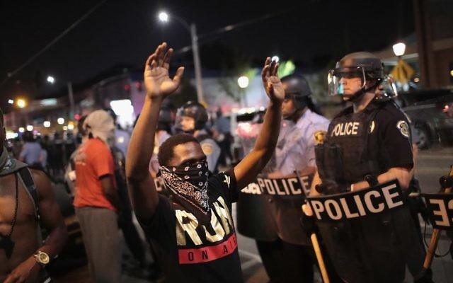 Les manifestants affrontent la police lors d'une manifestation contre l'acquittement de l'ancien policier Jason Stockley à St. Louis, le 16 septembre 2017 (Crédit :  Anthony Lamar Smith. Scott Olson/Getty Images/AFP)