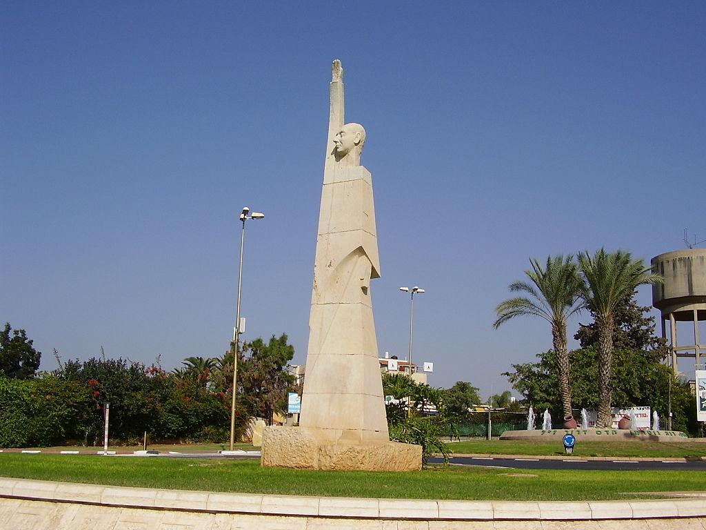 La statue de Sir Alfred Mond (Lord Melchett) sculptée par Batia Lichansky, à Tel-Mond, en Israël (Crédit : Domaine public)