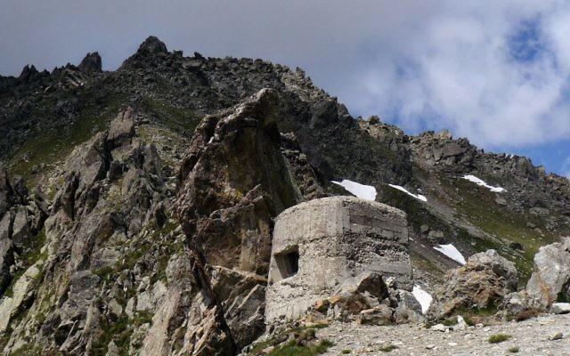 Le col de Fenestre, culminant à 2 474 m, un col du massif du Mercantour-Argentera séparant l'Italie de la France. (Crédit: Julie-j/Domaine public/WikiCommons)