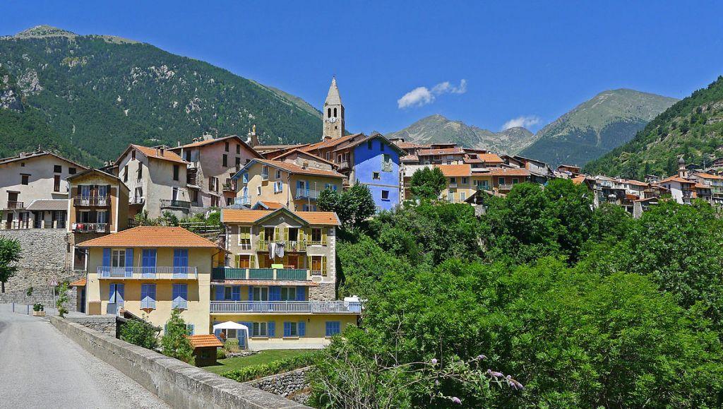 Vue du village de Saint-Martin-Vésubie en venant de la vallée du Var, dans les Alpes-Maritimes. (Crédit : Jpchevreau/CC BY-SA 3.0/WikiCommons)