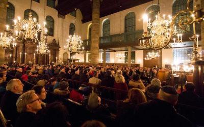 Une commémoration de la nuit de cristal à la synagogue portugaise d'Amsterdam,  le 9 novembre 2016 (Autorisation :  Jonet.nl)