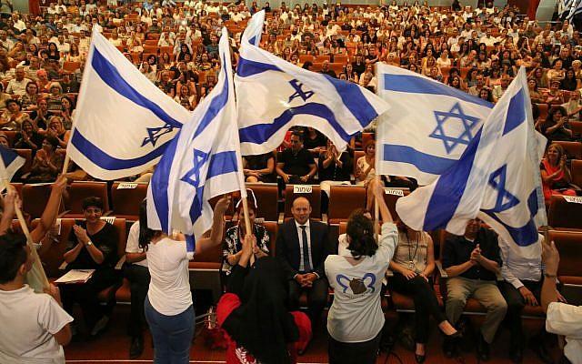 Le ministre de l'Éducation Naftali Bennett, donne une conférence aux directeurs d'école du sud d'Israël, en août 2017. (Crédit : Yossi Zamir/courtesy)