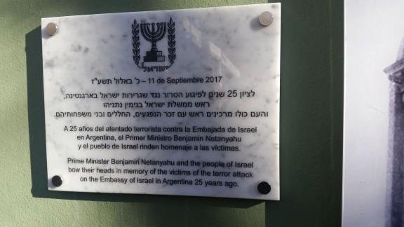 La plaque dévoilée par le Premier ministre Benjamin Netanyahu au centre communautaire juif de l'AMIA à Buenos Aires, le 11 septembre 2017. (Crédit : Raphael Ahren/Times of Israël)