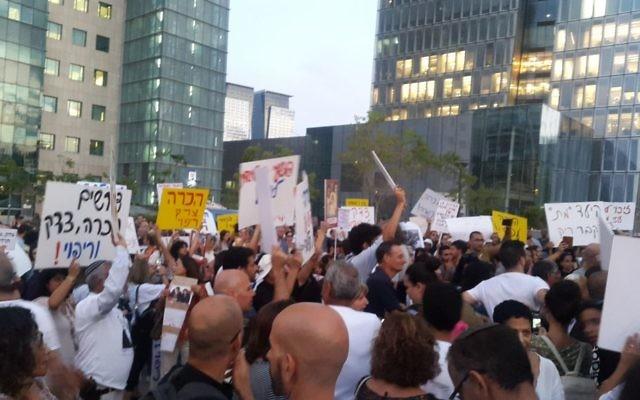 Manifestation de centaines d'Israéliens pour la reconnaissance gouvernementale de l'affaire des enfants yéménites, à Tel Aviv, le 25 septembre 2017. (Crédit : Times of Israël)