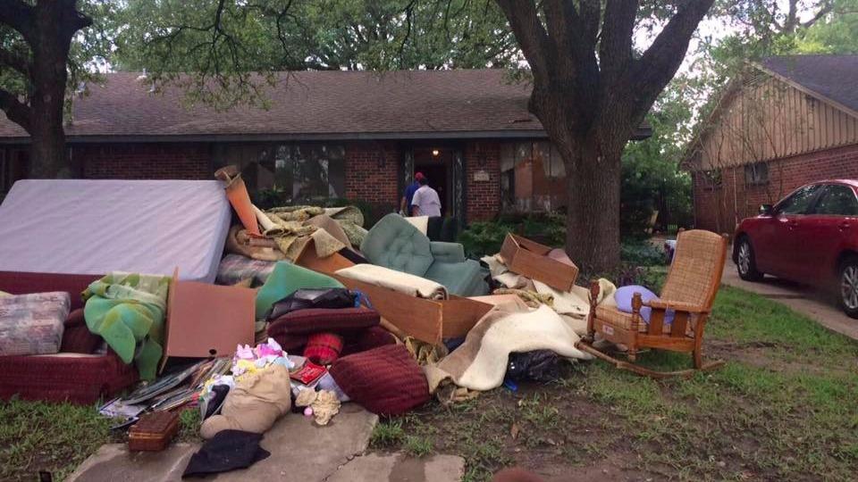 Les débris enlevés d'une maison inondée à Bellair, près de Houston, Texas, le 31 août 2017. (Crédit : IsraAID)