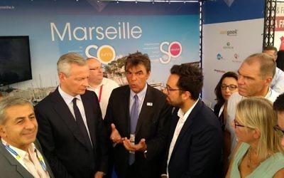 Daniel Sperling, adjoint au maire de Marseille, au centre, avec Bruno Le Maire, ministre français de l'Economie, à gauche, et Mounir Mahjoudi, secrétaire d'Etat au Numérique sur le stand de la Ville de Marseille au Festival DLD de Tel Aviv, en septembre 2017. (Crédit : Facebook)