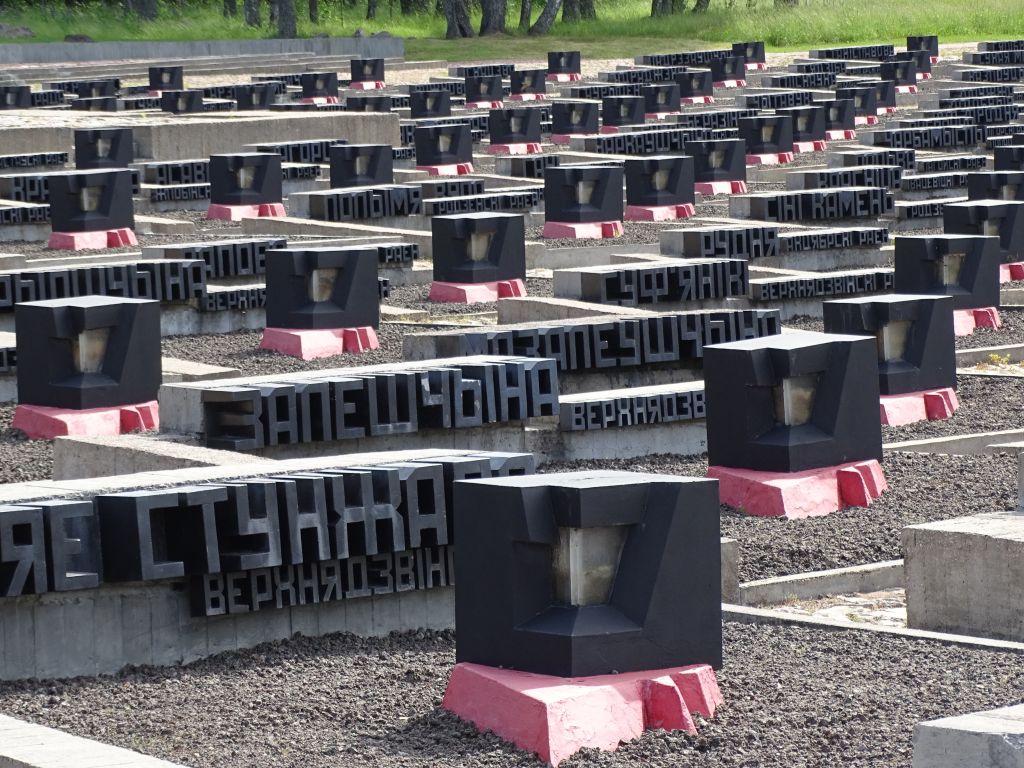 Pierres tombales commémorant les villages entiers rasés par les nazis au mémorial de Khatyn, en Biélorussie. (Crédit : Adam Jones/CC-SA 2.0/Flickr)