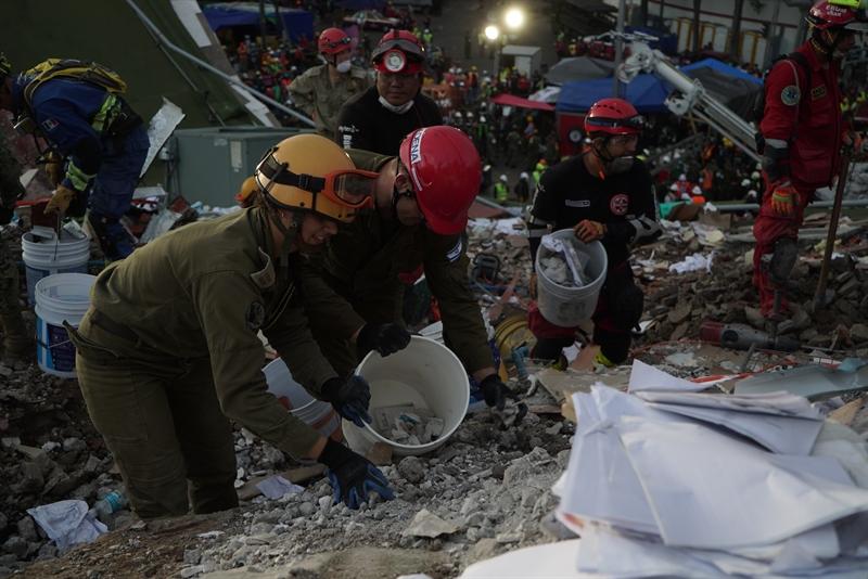 Soldats israéliens à la recherche de survivants dans un immeuble qui s'est effondré à Mexico, après un important séisme, le 24 septembre 2017. (Crédit : armée israélienne)