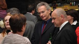 Fintan O'Toole, au centre, avec des politiciens irlandais, en 2010. (Crédit : CC-SA-2.0 Flickr/Neil Ward)
