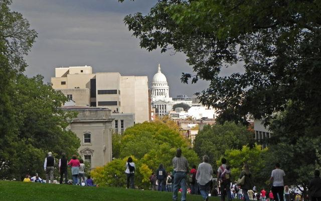 Photo du Capitole depuis le campus de l'université du Wisconsin à Madison, le 28 septembre 2010 (Crédit : CCBY/Richard Hurd, Flickr)
